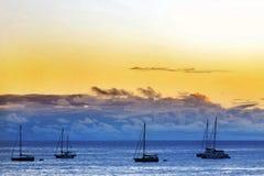 Barche di navigazione sull'ancoraggio Immagini Stock