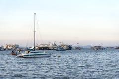 Barche di parcheggio in mare Fotografia Stock