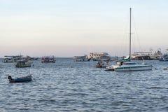 Barche di parcheggio in mare Immagini Stock Libere da Diritti