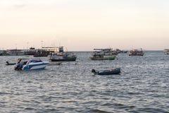 Barche di parcheggio in mare Immagini Stock