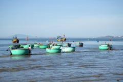 Barche di plastica rotonde della flotta dopo la pesca nel porto di pesca di Mui Ne vietnam Fotografia Stock