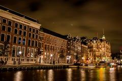 Barche di Rokin Amsterdam alla notte Fotografia Stock