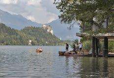 Barche di turisti sul lago sanguinato, Slovenia Fotografie Stock Libere da Diritti