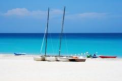 Barche di Watersports in una spiaggia Immagine Stock