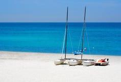 Barche di Watersports in una spiaggia Fotografia Stock Libera da Diritti