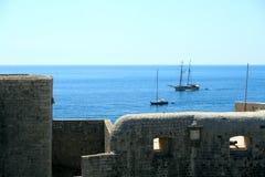 Barche e bastione di navigazione. immagini stock libere da diritti