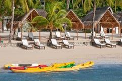 Barche e canoe su una spiaggia tropicale Immagine Stock