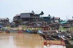 Barche e case in un villaggio di galleggiamento. La Cambogia Immagini Stock