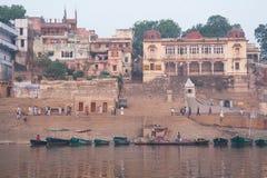 Barche e la gente al Ghat Fotografia Stock