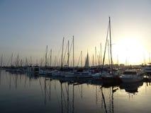Barche e la loro riflessione su acqua Tramonto a Torrevieja fotografia stock