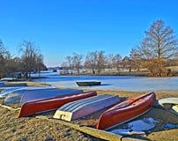 Barche e lago congelato Immagini Stock