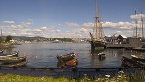 Barche e mare sotto il cielo blu. Immagini Stock Libere da Diritti