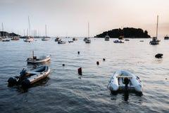 Barche e navi nel mare in Rovigno, Croazia al tramonto Immagine Stock