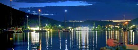 Barche e porticciolo di notte, panorama fotografie stock libere da diritti