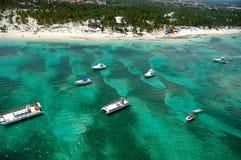 Barche e spiaggia da sopra fotografie stock libere da diritti