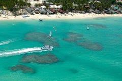 Barche e spiaggia da sopra fotografia stock libera da diritti
