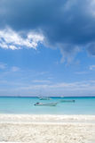 Barche e spiaggia esotica fotografia stock