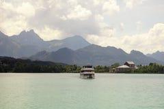 Barche e viste panoramiche del lago Forggensee, Germania Fotografie Stock
