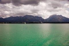 Barche e viste panoramiche del lago Forggensee, Germania Fotografia Stock Libera da Diritti