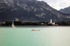Barche e viste panoramiche del lago Forggensee, Germania Fotografia Stock