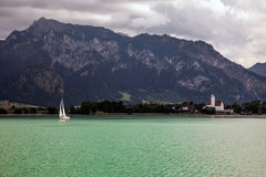 Barche e viste panoramiche del lago Forggensee, Germania Immagini Stock Libere da Diritti