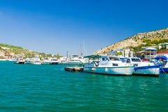 Barche e yacht all'ancoraggio Fotografie Stock Libere da Diritti
