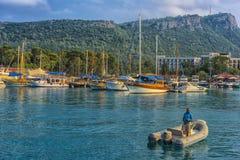 Barche e yacht nella baia di Kemer Immagine Stock