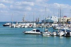 Barche e yacht sulla banchina in Grecia Fotografia Stock