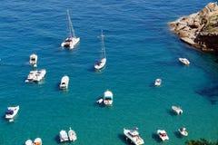 Barche e yacht in una baia. Fotografie Stock Libere da Diritti