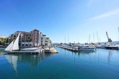 Barche e yacht in una baia del mare adriatico Immagini Stock Libere da Diritti