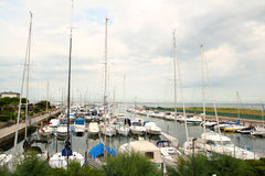 Barche e yacht in una porta italiana Fotografia Stock