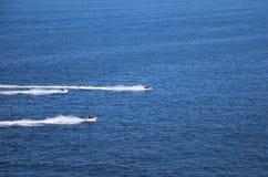 Barche facenti concorrenza sul mare immagini stock