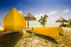 Barche gialle alla spiaggia Immagine Stock