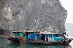 Barche in Halong Bau Fotografie Stock Libere da Diritti