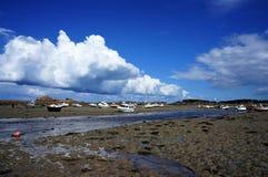 Barche incagliate alla spiaggia un giorno soleggiato in Bretagna immagine stock