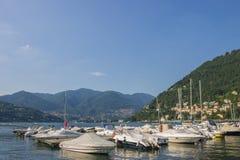 Barche, lago Como, città di Como, Italia, il 18 luglio 2017 immagine stock