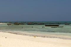 Barche locali alla spiaggia di Zanzibar Fotografia Stock
