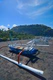Barche locali sulla spiaggia della sabbia nera Immagini Stock