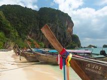 Barche Longtails con i nastri luminosi sulla spiaggia di Phranang, Railay, K immagine stock