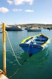 Barche maltesi sull'acqua del turchese del mar Mediterraneo Immagini Stock