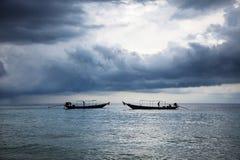 Barche in mare con il tempo della tempesta thailand fotografia stock libera da diritti