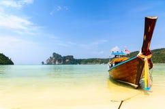 Barche, mare e scogliere Immagini Stock Libere da Diritti
