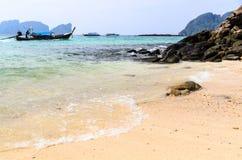 Barche, mare e scogliere Fotografia Stock Libera da Diritti