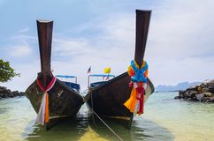Barche, mare e scogliere Immagine Stock Libera da Diritti