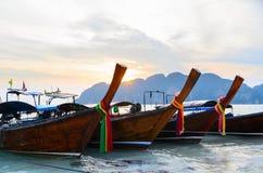Barche, mare e scogliere di tramonto Immagini Stock