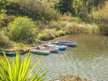 Barche messe in bacino alla riva del lago Butrint fotografie stock