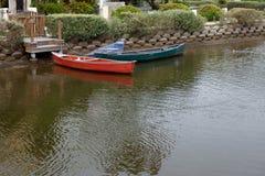 Barche messe in bacino canale Immagine Stock