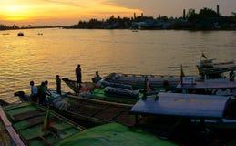 Barche messe in bacino lungo il Irrawaddy immagini stock