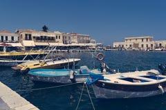 Barche messe in bacino nel porto di Agios Nikolaos, Creta Grecia fotografia stock