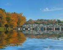 Barche messe in bacino per l'inverno immagine stock